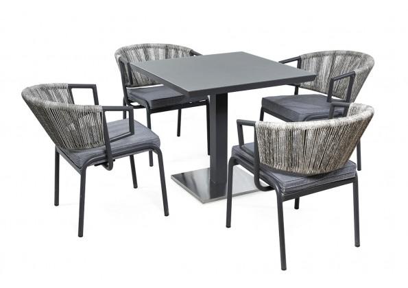 طاولة مع كراسي خارجية
