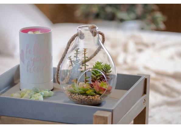 نباتات صناعية داخل علبة زجاجية معلقة بحبل
